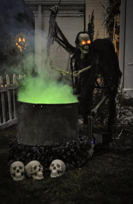 decoración de exterior halloween calavera haciendo poción