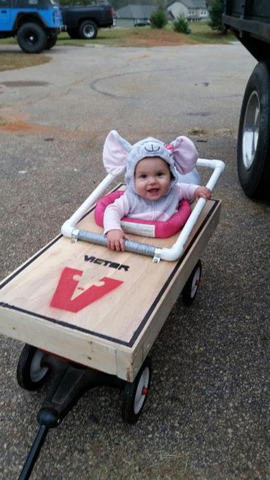 niña en silla de ruedas disfrazada de raton y su silla decorada de trampa