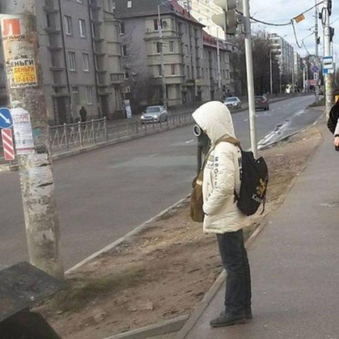 mujer con máscara de gas