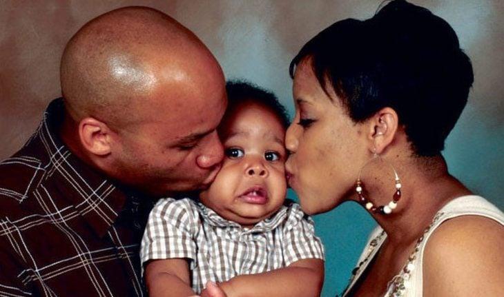 bebé asustado porque su padres lo besan