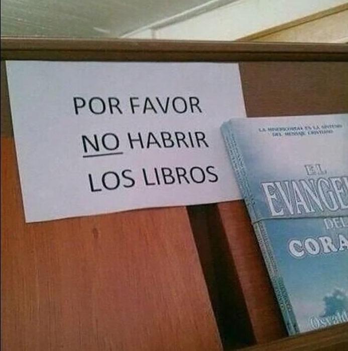 letrero en librería con mala ortografía