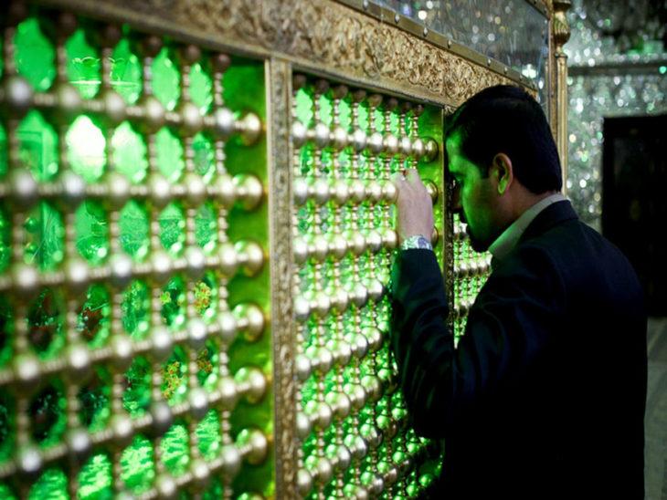 homre mirando pared de cristales verdes