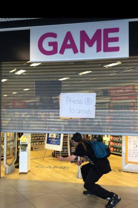 hombre entra en tienda de videojuegos