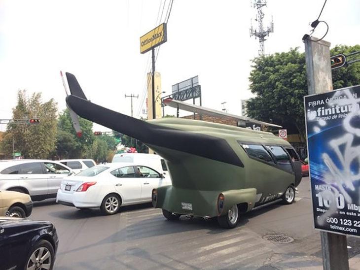 carro en forma de helicóptero
