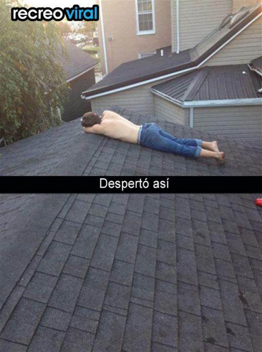 muchacho recostado sobre el techo