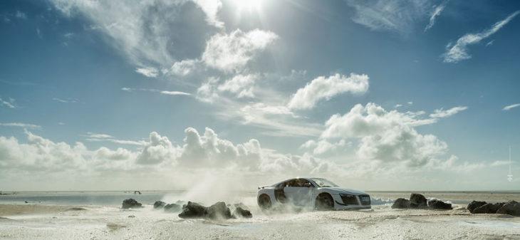 Audi R8 desierto con las nubes y mucho polvo