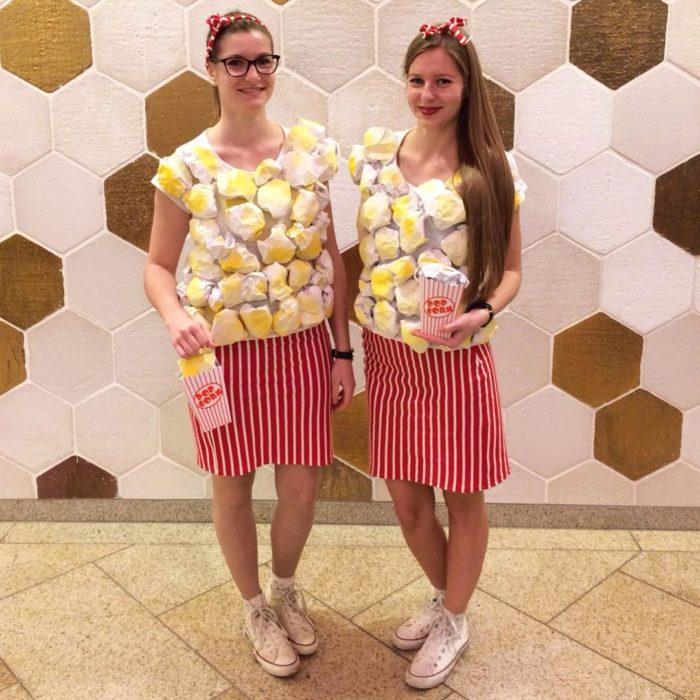 mujeres disfrazadas de palomitas de maiz
