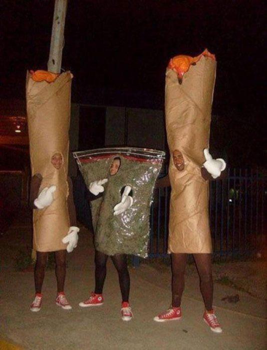 amigos con rollos de marihuaba