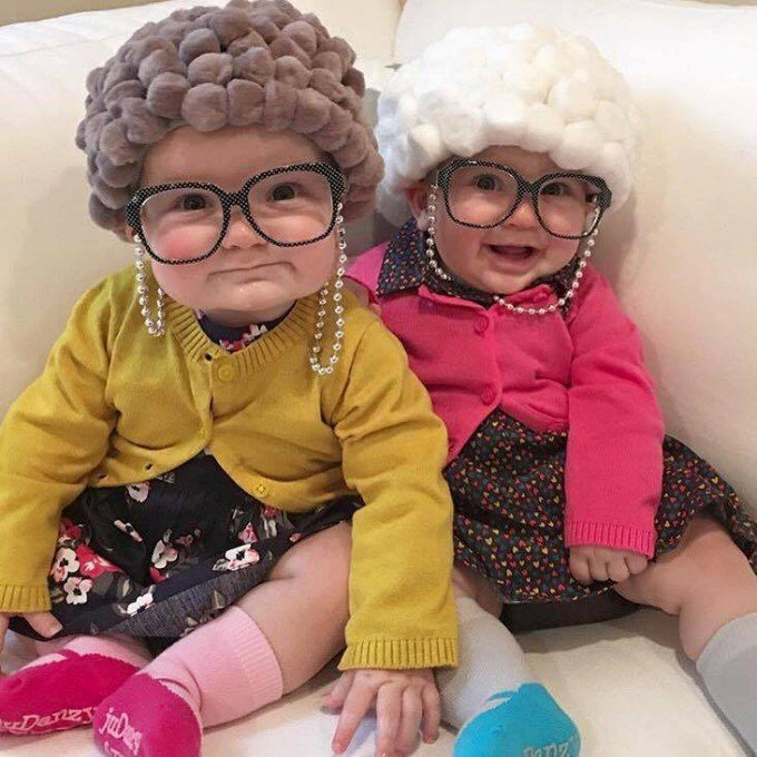 gemelas disfrazadas de abuelita