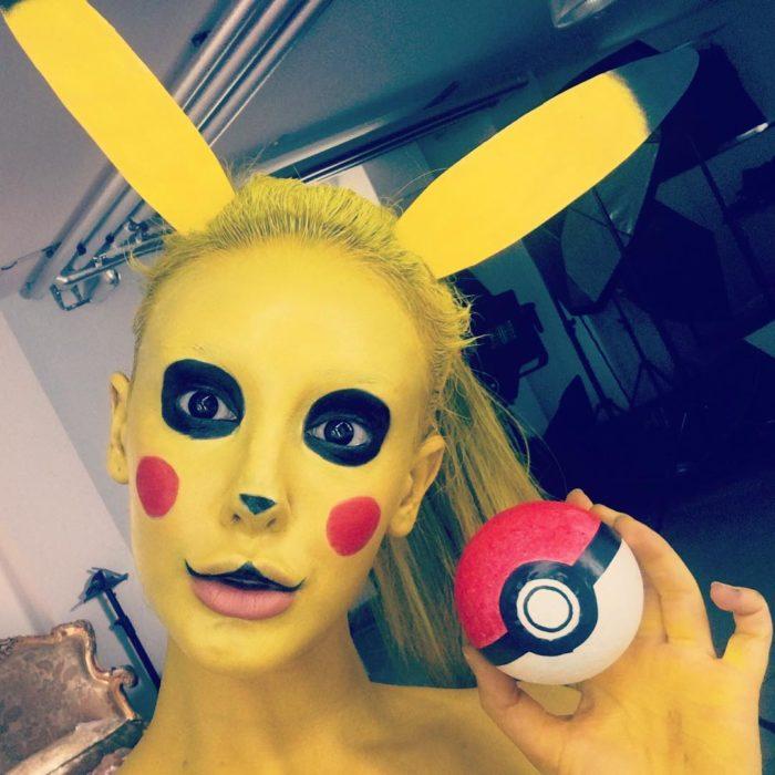 Disfraz de mujer pintada como pikachu