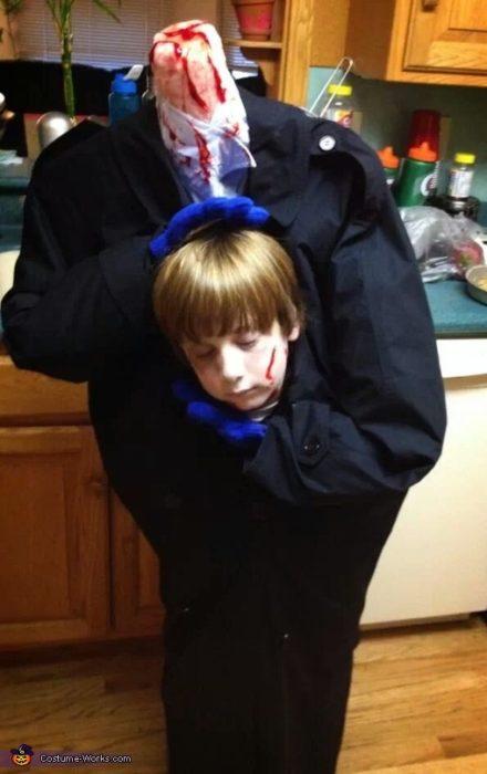 Disfraz de monstruo con la cabeza de niño