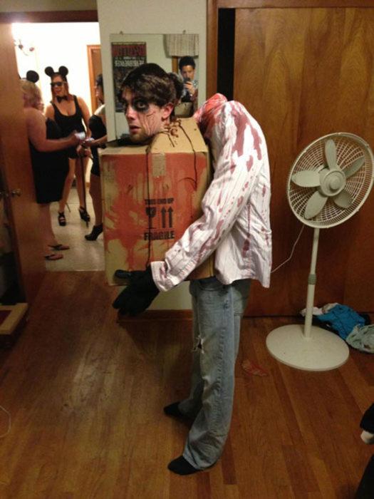 Disfraz hombre con su cabeza en una caja