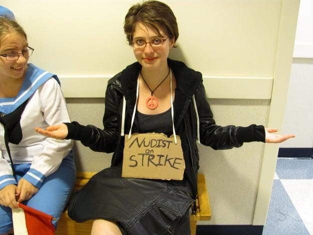 Disfraz de nudista en huelga