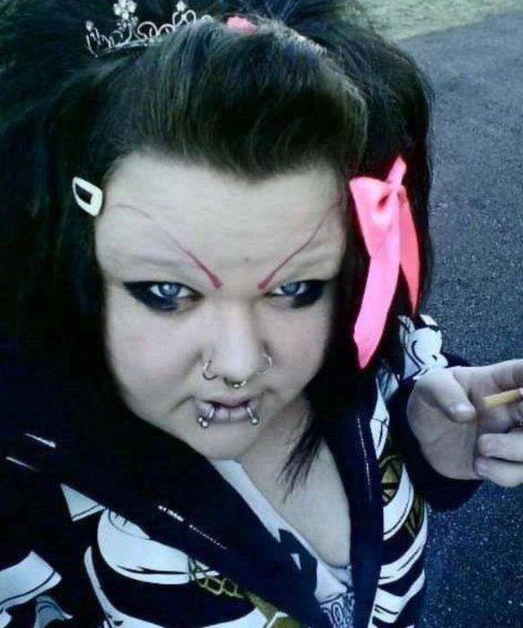 Fails maquillaje - mujer maquillada como emo