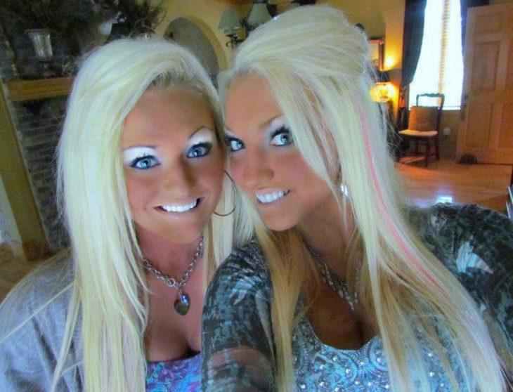 Fails maquillaje - dos rubias demasiado bronceadas