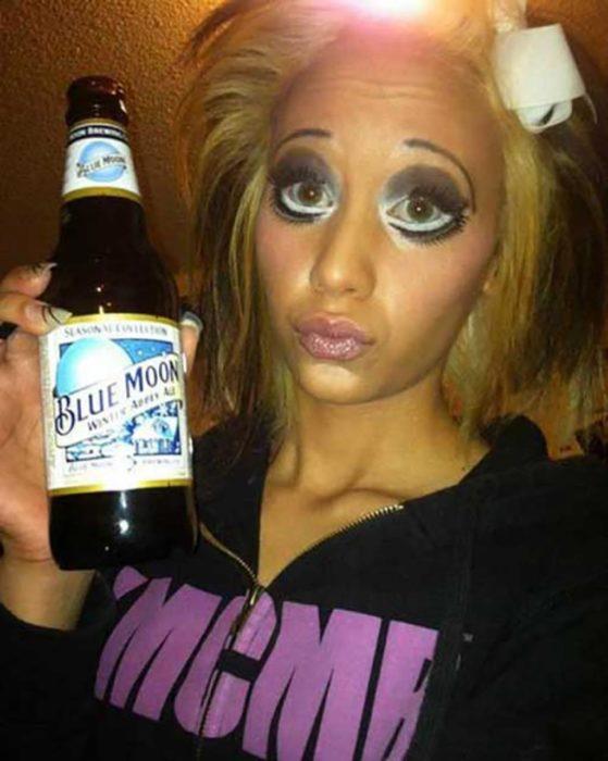 Fails maquillaje - chica con demasiado maquillaje y una cerveza