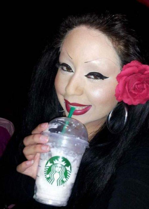 Fails maquillaje - mujer demasiado blanca y sin cejas