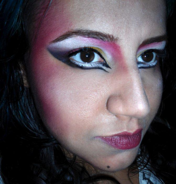Fails maquillaje - mujer con los ojos maquillados exagerados