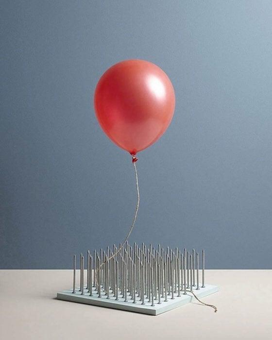 Aaron Tilley - Un globo bajando sobre alfileres