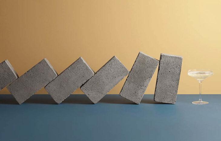 Aaron Tilley -Bloques de cemento a punto de caer sobre una copa de cristal