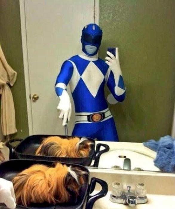 Fotos sin sentido - Power Ranger azul selfie en el baño extraña