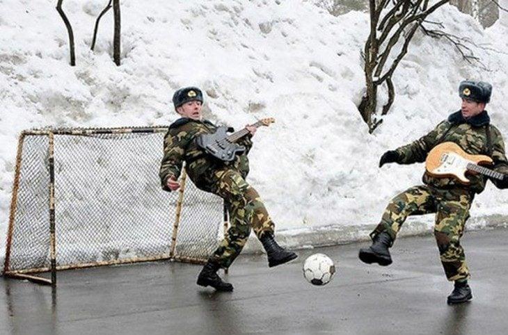 Fotos sin sentido - Soldados jugando futbol con guitarras en la mano