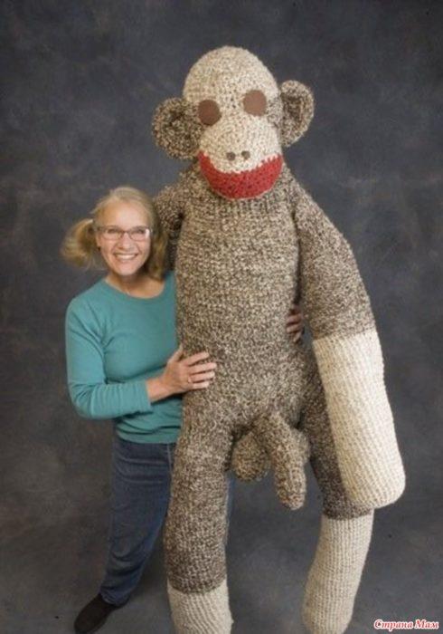 Fotos sin sentido - Mujer sosteniendo un peluche enorme con genitales