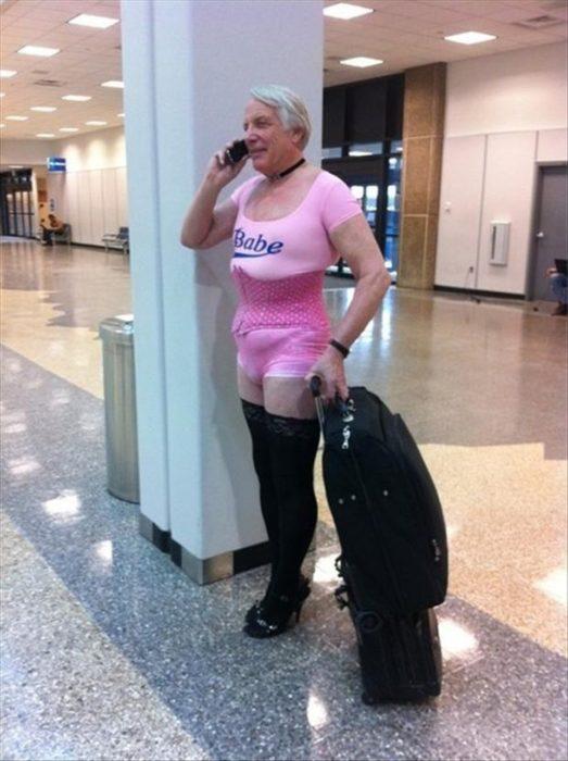 Fotos sin sentido - Hombre en el aeropuerto vestido de mujer