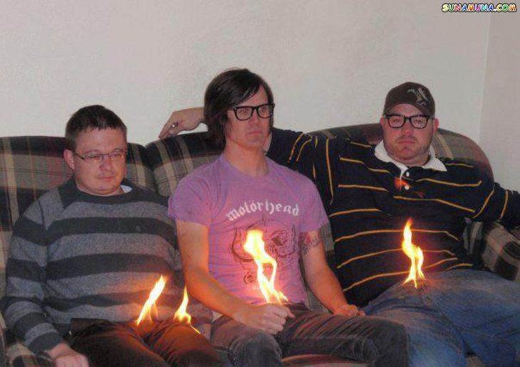 Fotos sin sentido - Tres jóvenes a los que se les está incendiando la entrepierna