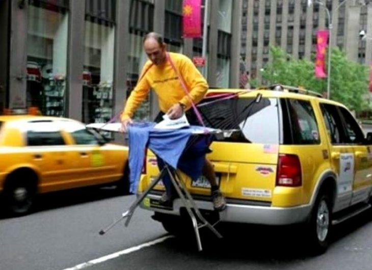 Fotos sin sentido - Hombre en la parte de atrás de un taxi planchando una camisa