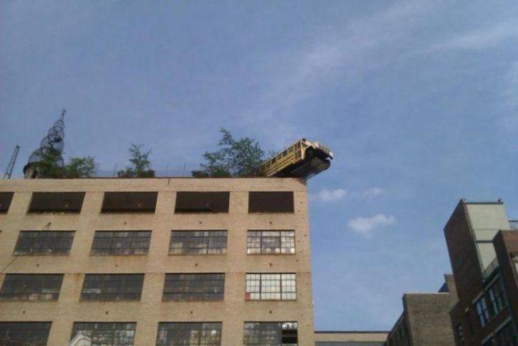 Fotos sin sentido - Camión escolar en la parte alta de un edificio