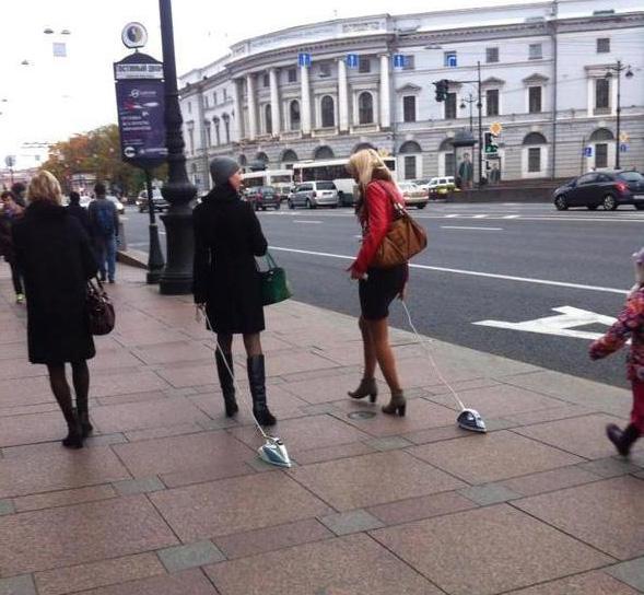 Fotos sin sentido - Mujeres pasean las planchas
