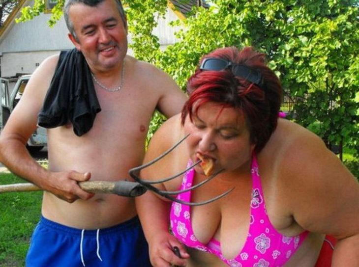 Fotos sin sentido - hombre le da de comer a mujer de una pala de jardín
