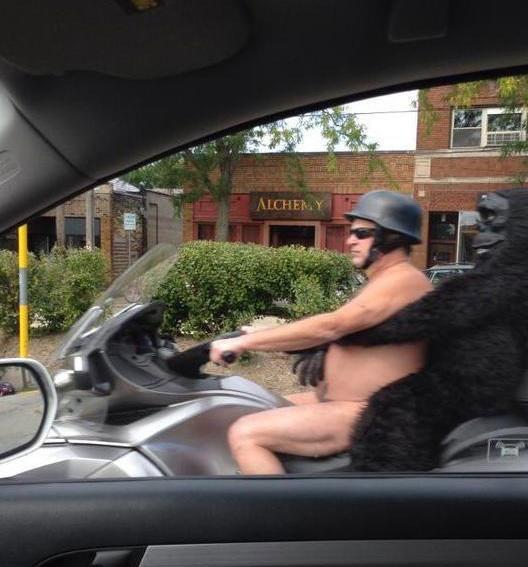 Fotos sin sentido - hombre desnudo en moto y atrás de el una persona disfrazada de orangután