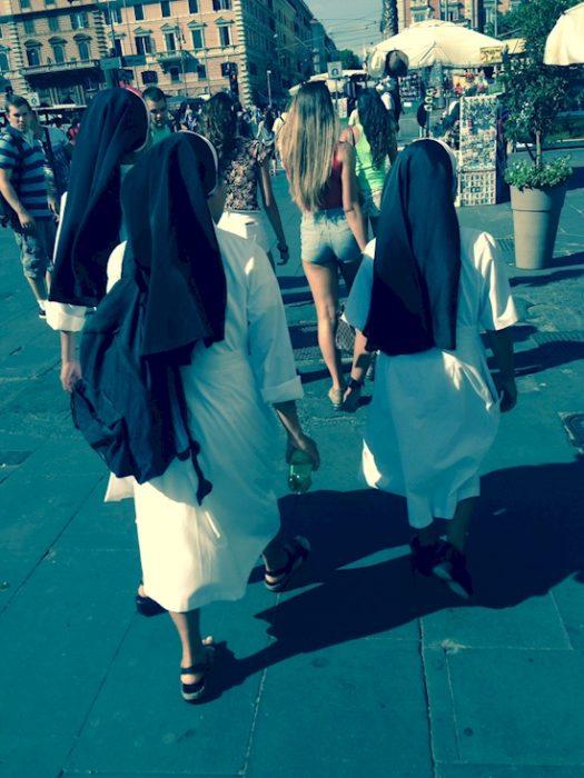 2 Tipos de chicas - monjas y unamujer con short