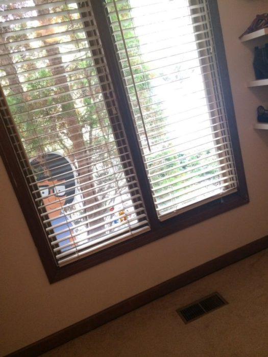 Figura de cartón Tina Belcher asomándose por la ventana