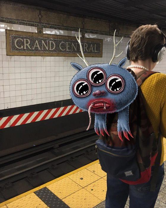 Ilustraciones metro - otro monstruo saliendo de la mochila de alguien
