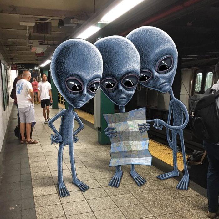 Ilustraciones metro - tres aliens buscando en un mapa