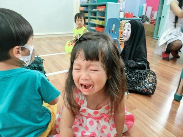Niña en fiesta de disfraces llorando