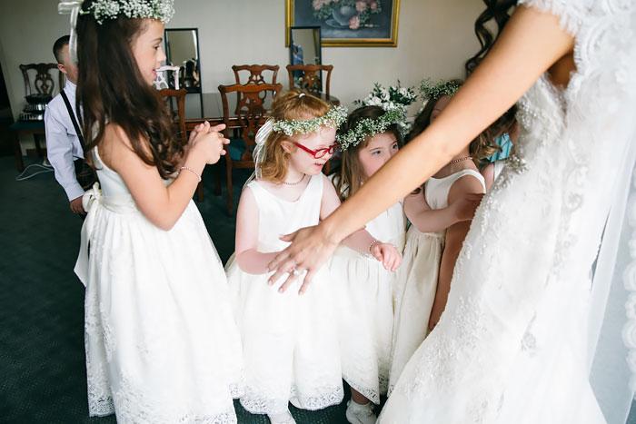 Niñas con Síndrome de Down ayudando a la novia