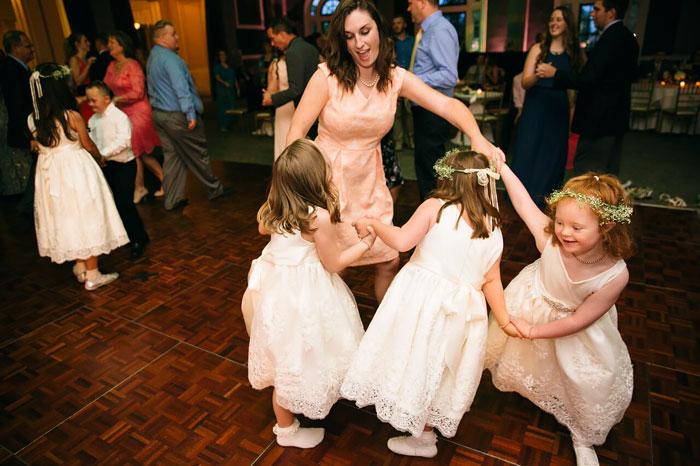 Niñas bailando en una boda