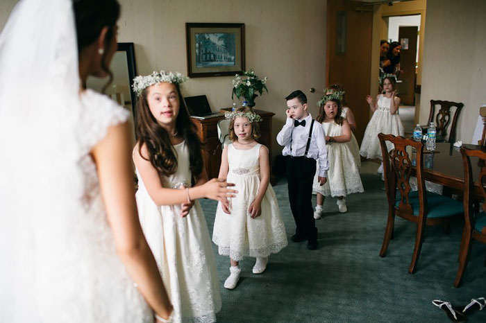 Niños con síndrome de down parte de la boda de su maestra