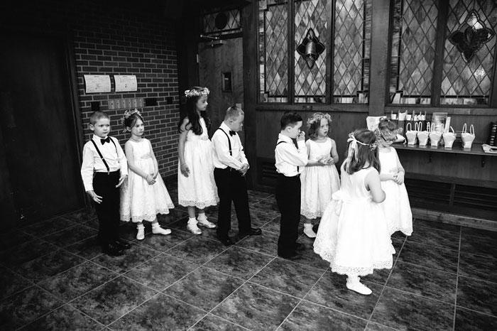 Niños listos para pasar al altar