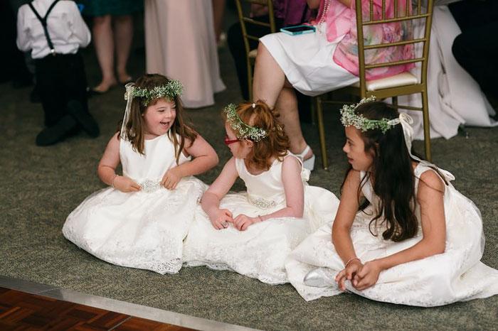 3 niñas sentadas en una fiesta