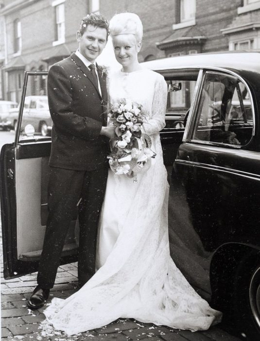 Pareja en un carruaje boda en 1966