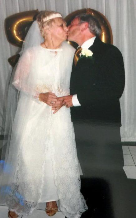 Pareja de 70 años se besan en su segunda boda
