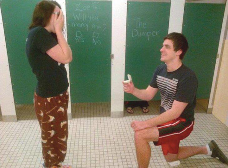 Peores propuestas de matrimonio - en el baño comun con alguien adentro