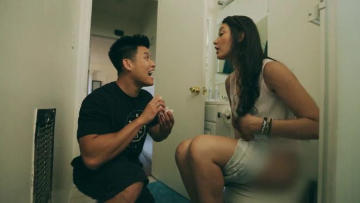 Peores propuestas de matrimonio - ella en el baño