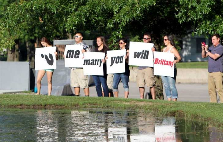 Peores propuestas de matrimonio - con letreros mal acomodados