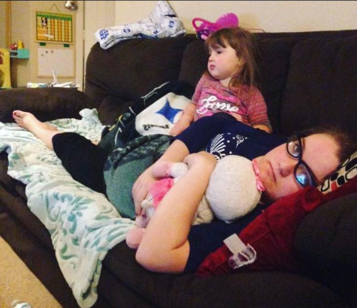 Papás cansados - mamá toma siesta con su hija encima